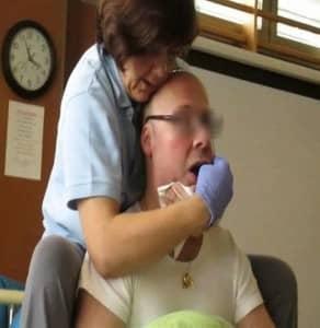 Charo Ariza practicando terapia orofacial